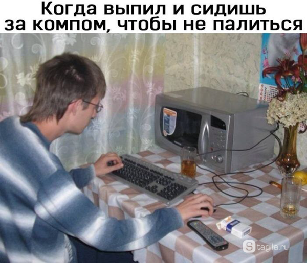 программист сидит перед микроволновкой