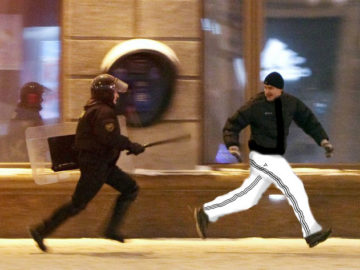 Протестующий убегает от полицейского