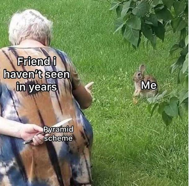 Бабушка с ножом за спиной и кролик мем