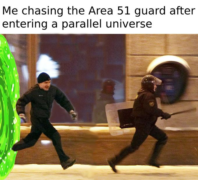Протестующий убегает от полицейского мем