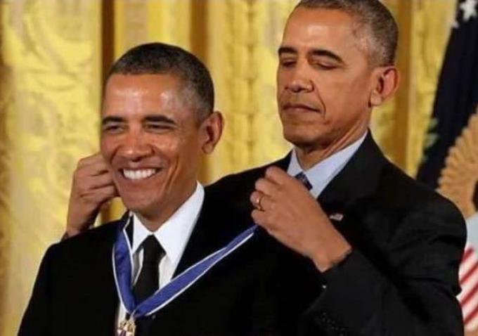 Обама награжадет Обаму медалью - оригинал
