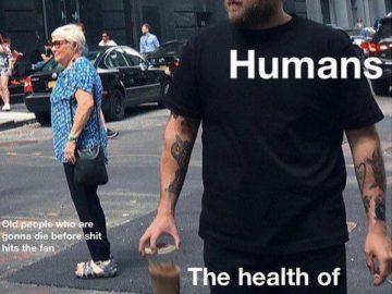 Джона Хилл роняет кофе