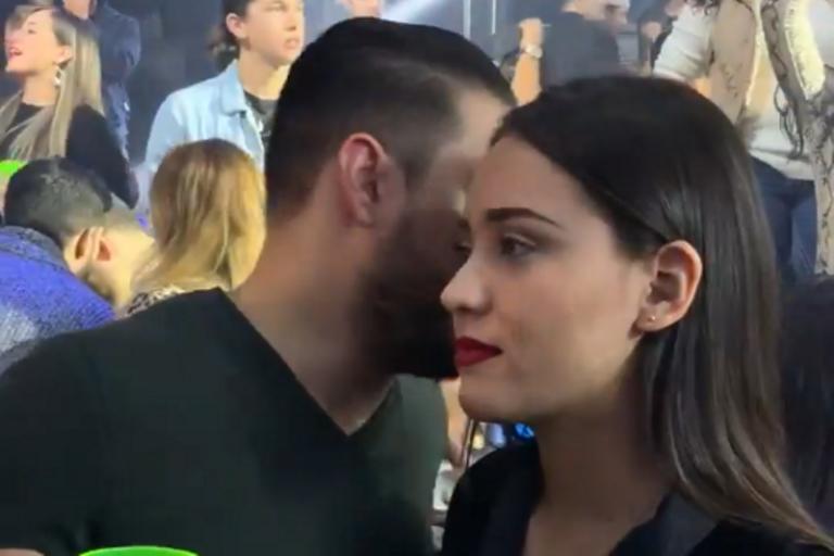 Парень говорит с девушкой в клубе