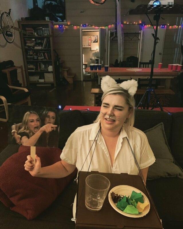 Женщина кричит на кота Косплей