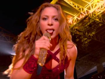 Шакира показала язык