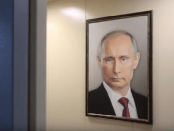 потрет Путина в лифте
