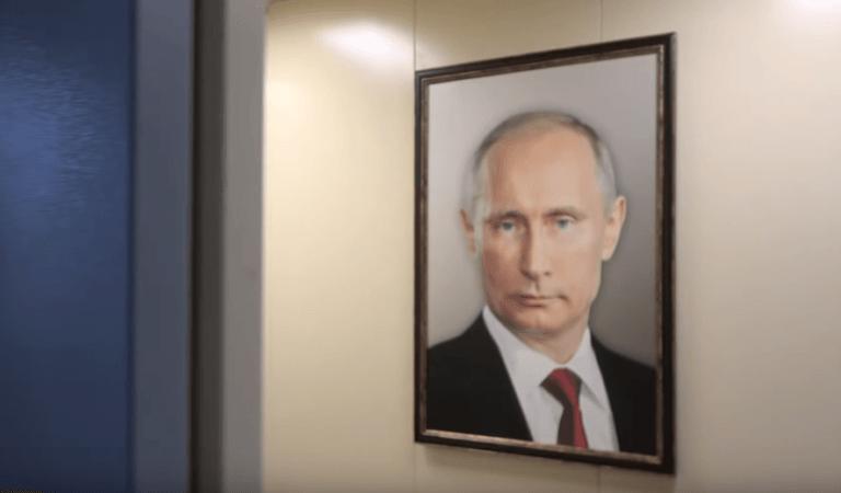 """""""Это вербовка?"""" Портрет Путина повесили в лифте обычной многоэтажки"""