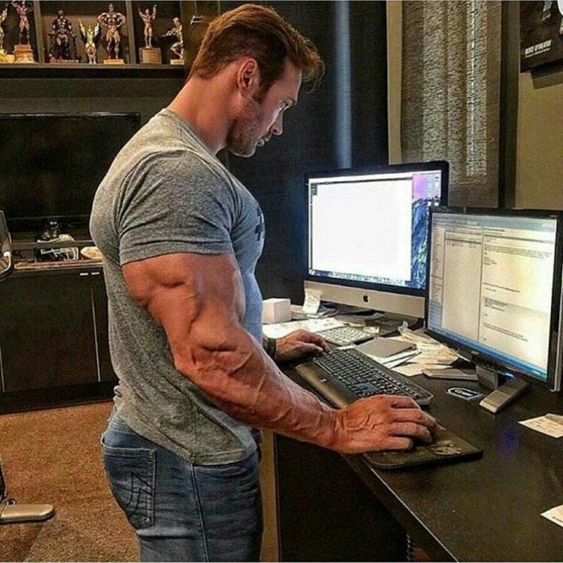 качок сидит за компьютером
