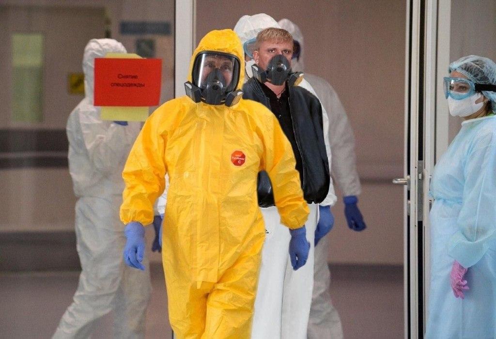 Путин в желтом защитном костюме
