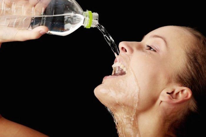 женщины пьют воду фото