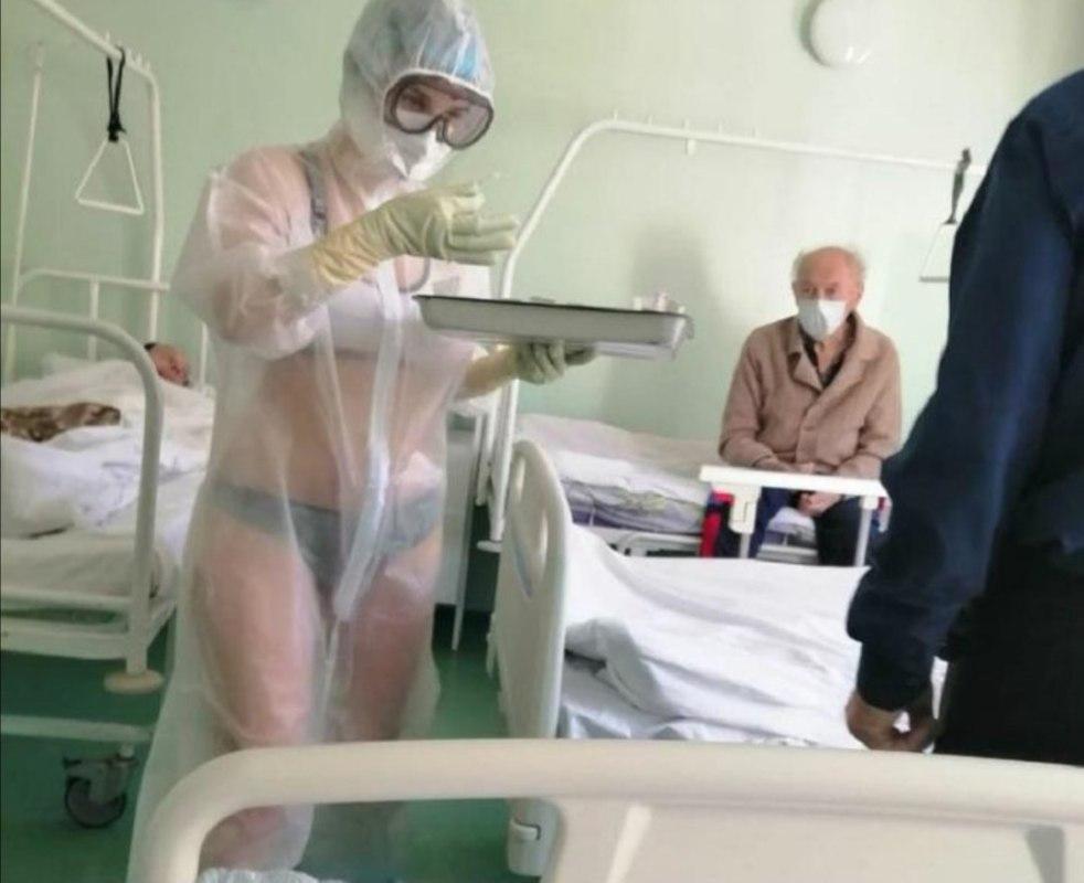 медсестра в купальнике