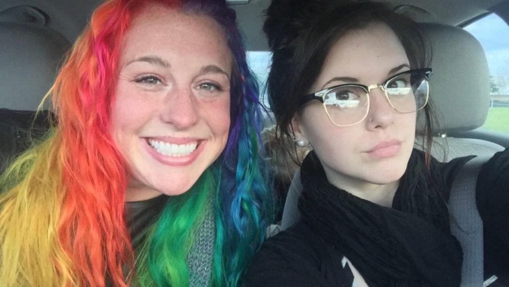 Девушка с волосами цвета радуги