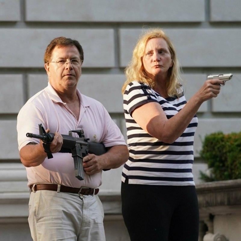 Белая пара с оружием