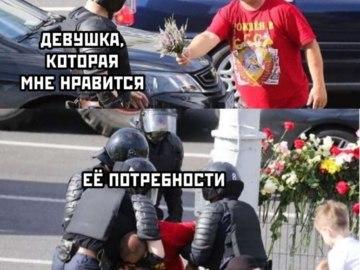Мужчина дарит цветы омоновцу
