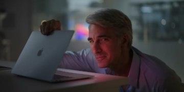 Крейг Федериги смотрит в MacBook