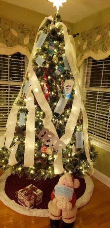 елки украшают масками и туалетной бумагой