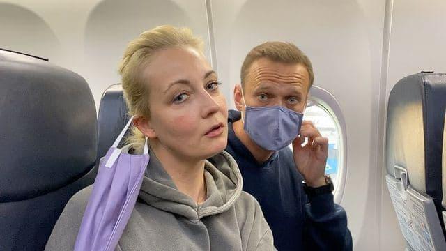 Навальный вернулся в Россию. И начал с мемов