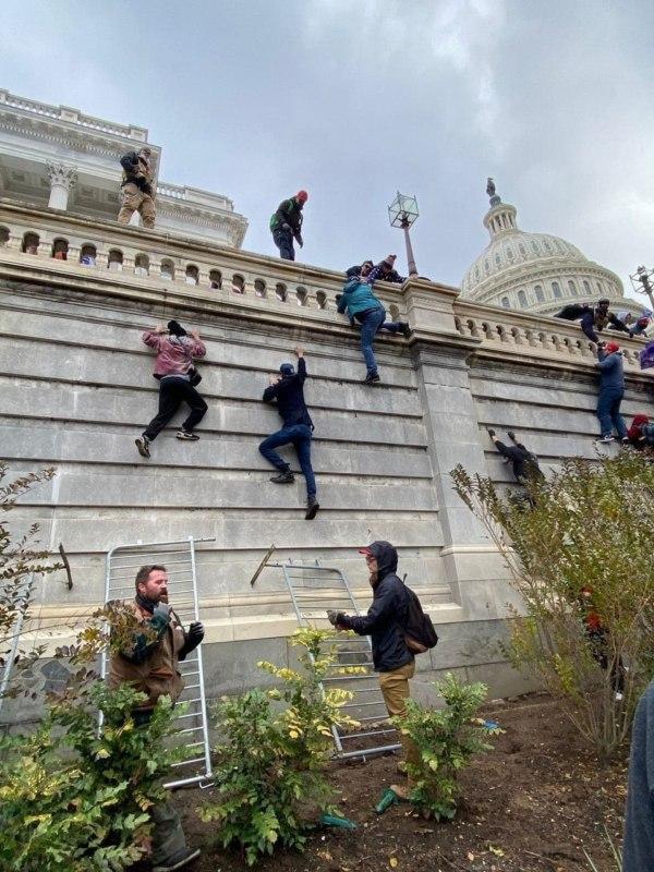 Сторонники Трампа ворвались в Капитолий