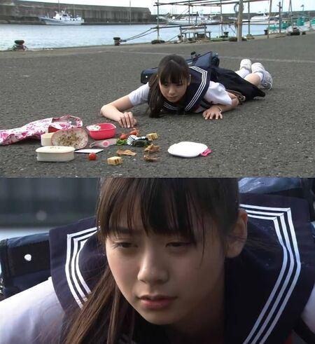 школьница упала и лежит мем шаблон